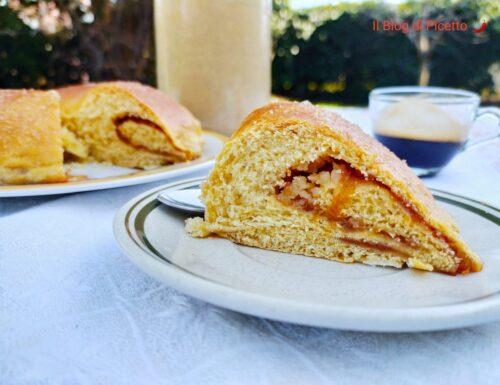 Ciambellone di pan brioche con granella di mandorle e confettura
